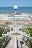 Calzada abajo a la playa con pasos concretos. Fotos de archivo