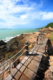 Calzada al lado del mar, vista que ve manera Foto de archivo