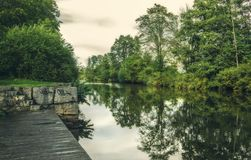 Calzada al lado del río en Uppsala, Suecia Ambiente marino Imagenes de archivo