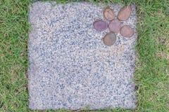 Calzada con la bandera del fondo de las hierbas imagen de archivo libre de regalías