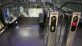 Calzada de la escalera móvil en aeropuerto metrajes