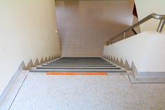 Calzada de las escaleras del piso del terrazo abajo Seleccione el foco con la profundidad del campo baja Fotografía de archivo libre de regalías