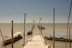 Calzada de madera en el mar Foto de archivo
