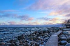 Calzada de madera en la orilla rocosa del lago Ladoga Imagen de archivo