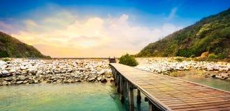 Calzada de madera en la playa Imagen de archivo libre de regalías