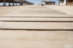 Calzada de madera en una playa Foto de archivo libre de regalías