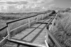 Calzada de madera a la playa Foto de archivo libre de regalías