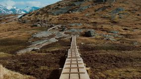 Calzada de madera de la trayectoria del pantano a la playa Noruega de Kvalvika almacen de video