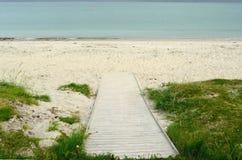 Calzada de madera que lleva abajo a la playa blanca del verano Foto de archivo libre de regalías