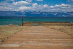 Calzada de madera que lleva al lago Foto de archivo