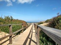 Calzada de madera a una playa hermosa fotografía de archivo