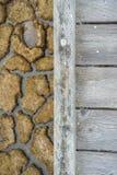 Calzada de madera y fango secado en el fondo, pantano de Alviso, sur San Francisco Bay, California foto de archivo