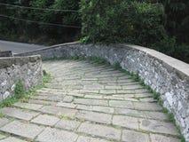 Calzada de piedra de la pendiente del puente medieval conocida como Ponte del Diavolo en Borgo un Mozzano, Italia Fotografía de archivo