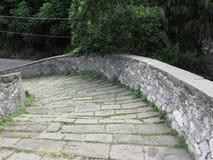 Calzada de piedra de la pendiente del puente medieval conocida como Ponte del Diavolo en Borgo un Mozzano, Italia Fotos de archivo