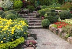 Calzada de piedra en jardín de flores Imágenes de archivo libres de regalías