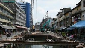 Calzada de trabajo de la estructura de la gente tailandesa en el emplazamiento de la obra en Bangkok, Tailandia almacen de video
