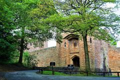 Calzada del castillo de Peckforton y puerta de la entrada, del rastro de la piedra arenisca, Cheshire imagen de archivo