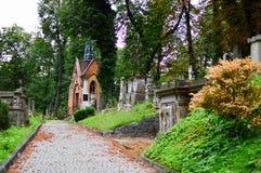 Calzada del cementerio de Lychakiv del Museo-coto de la historia y de la cultura del estado en Lviv, Ucrania imagenes de archivo