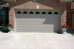 Calzada del cemento de la puerta del garaje imagen de archivo