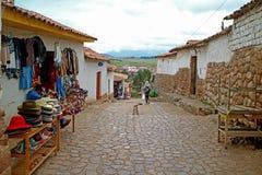 Calzada del guijarro del pueblo de Chinchero abajo a la colina, valle sagrado del inca, Cusco, Perú imagenes de archivo