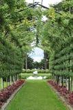 Calzada del jardín con la pérgola Fotos de archivo