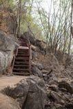 calzada del metal a ir arriba y abajo de la colina Fotografía de archivo