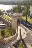 Calzada del palacio de los papas hacia Le Pont Santo-Benezet, Aviñón, Francia Imagenes de archivo