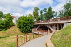 Calzada del parque que se va debajo del puente Grodno, Belarus imágenes de archivo libres de regalías