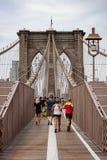 Calzada del puente de Brooklyn con los basculadores imagen de archivo