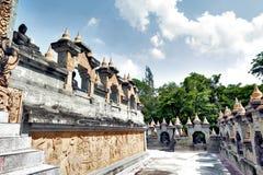 Calzada dentro de un complejo enorme de Chedi Hin Sai, stupas de la piedra arenisca que se asemejan a Borobudur en Wat Pa Kung Te Imagenes de archivo