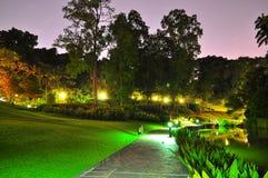 Calzada en un jardín por noche Foto de archivo