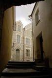 Calzada estrecha del edificio Fotos de archivo