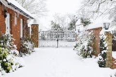 Calzada a la casa rural en nieve fotografía de archivo libre de regalías