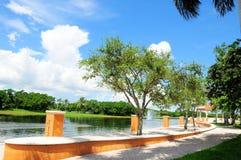 Calzada a lo largo del agua en el parque, la Florida del sur Fotos de archivo