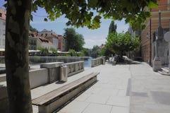 Calzada por el río Ljubljanica, Ljubljana, Eslovenia foto de archivo