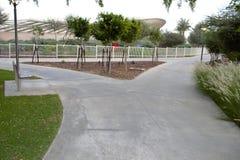 Calzada que activa pavimentada bifurcada en parque Imagenes de archivo