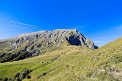 Calzada que cruza un valle en el Alpes imagen de archivo