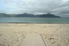 Calzada que lleva abajo a la playa blanca de la arena Imagen de archivo libre de regalías