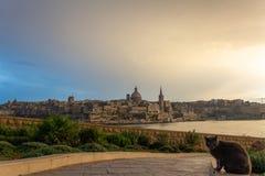 Calzada que pasa por alto el paisaje urbano de Valettan fotografía de archivo