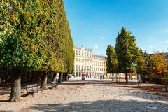 Calzada romántica del jardín que forma un túnel verde de acacias en la residencia del verano situada en Viena Imagen de archivo