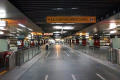 Calzada subterráneo larga en una estación de metro Foto de archivo