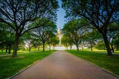 Calzada y árboles delante de Rhode Island State House, en P fotografía de archivo libre de regalías