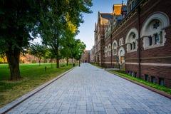 Calzada y los edificios largos del paseo en la universidad de la trinidad imagenes de archivo