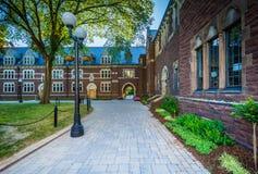 Calzada y los edificios largos del paseo en la universidad de la trinidad, en Hartf fotos de archivo libres de regalías