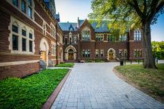 Calzada y los edificios largos del paseo en la universidad de la trinidad, en Hartf foto de archivo libre de regalías