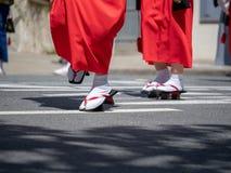 Calzado japonés tradicional que es llevado al aire libre foto de archivo