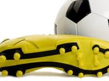 Calzado y balón de fútbol Foto de archivo