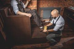 Calzature barbute di pulizia dell'artigiano di un uomo immagini stock libere da diritti