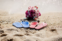 Calzature delle coppie sulla spiaggia di sabbia Immagini Stock Libere da Diritti