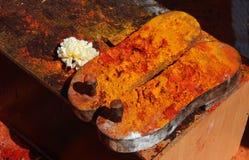 Calzature di legno di Padukas dell'idolo indù di signore Shiva di Dio in tempio Fotografia Stock